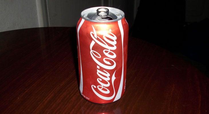 Unas latas de Coca-Cola flotan, otras no