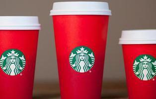 Por qué los nuevos vasos rojos de Starbucks son considerados anticristianos y antinavideños