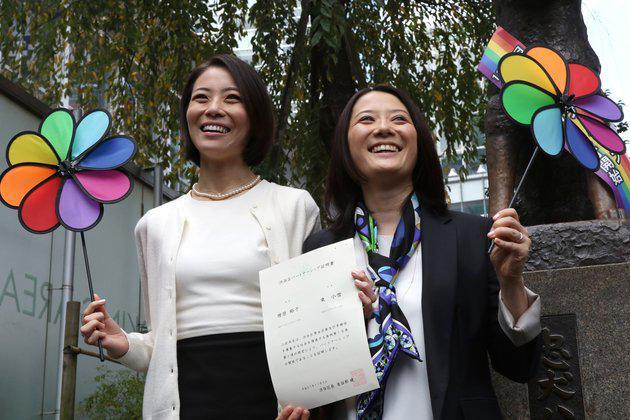 Hiroko (izquierda) y Koyuki (derecha) con su certificado