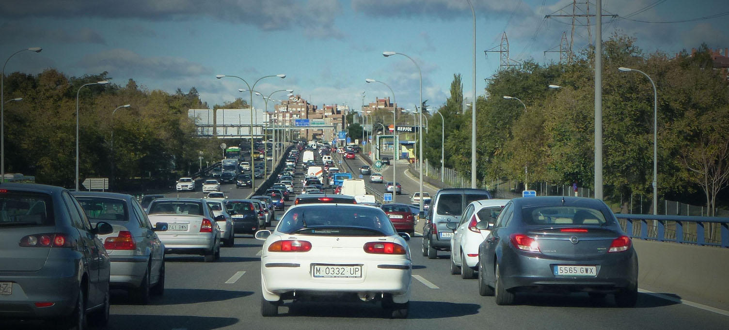Coches en Madrid emitiendo gases