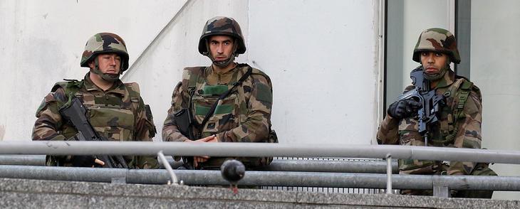 Militares durante la operación en el barrio de Saint-Denis