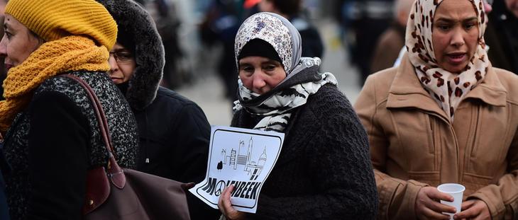 Mujeres en un homenaje a las víctimas de París organizado en Molenbeek
