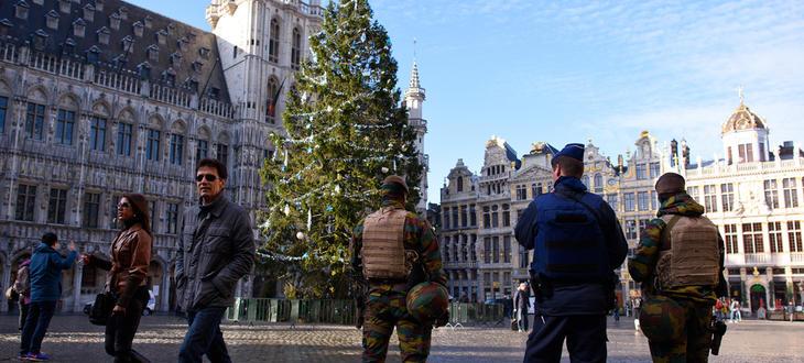 Policía y ejército en una Grand-Place de Bruselas poco transitada