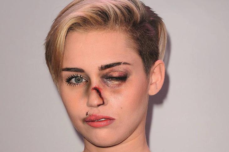 Miley Cyrus, golpeada (Facebook: Alexsandro Palombo)