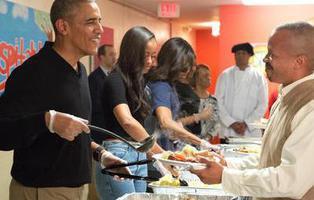 Obama y su familia sirven en un comedor social la cena de Acción de Gracias