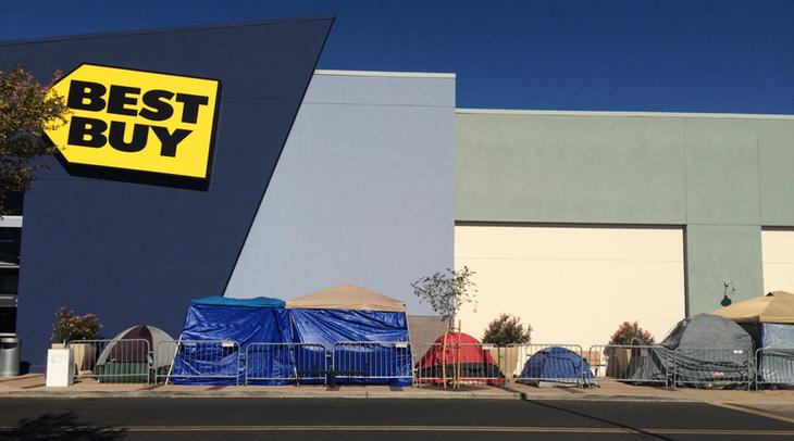 Compradores esperando a que abran los centros comerciales
