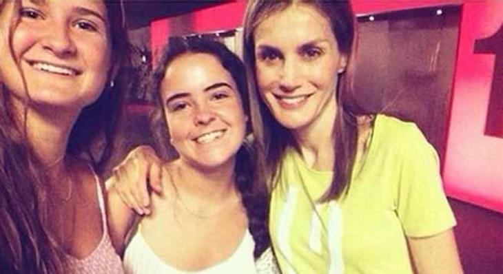 El selfie que Letizia Ortiz se hizo en el cine con unas chicas