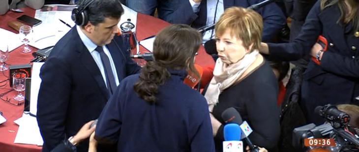Pablo Iglesias y Celia Villalobos 'intercambian opiniones' al encontrarse en el Congreso
