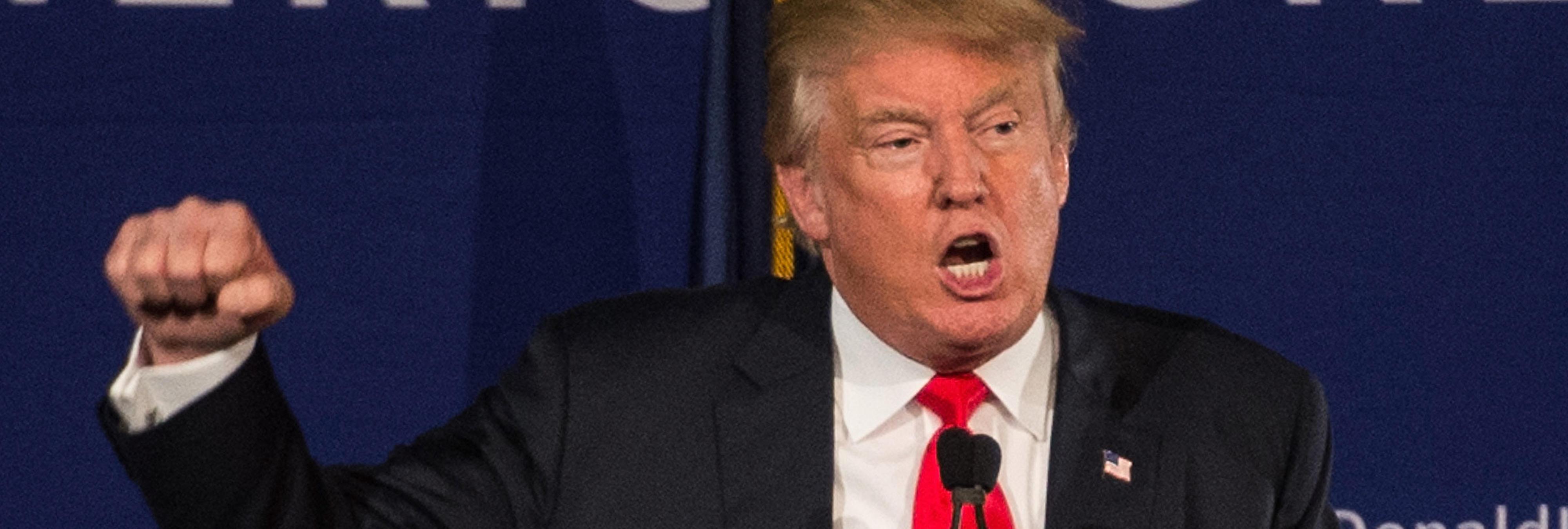 Un águila patriota llamada Tío Sam ataca a Donald Trump