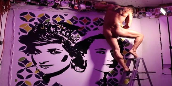 Fraser pintando a la Reina de Inglaterra y Lady Di con su pene