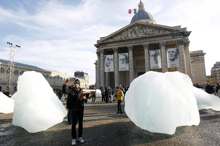 Protesta artística en Paris contra el deshielo