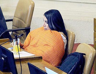 Una congresista acude al Parlamento entre mantas y edredones