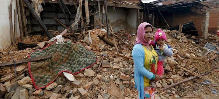 Una mujer y su hijo tras el terremoto de Nepal