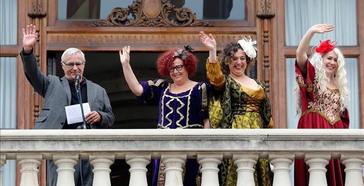 Las 'magas de enero' y Joan Ribó saludan desde el Ayuntamiento de Valencia (EFE)
