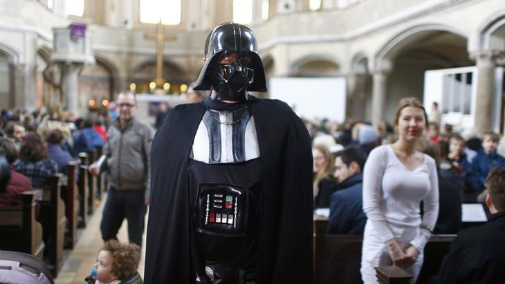 Un devoto feligrés asistiendo a la misa de Star Wars (Reuters)