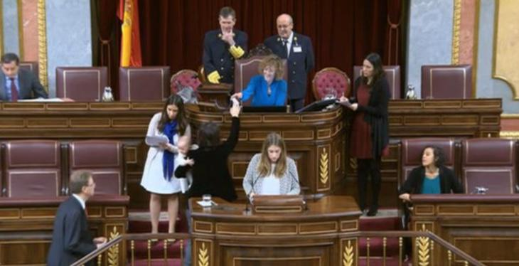 Carolina Bescansa vota con su bebé en brazos