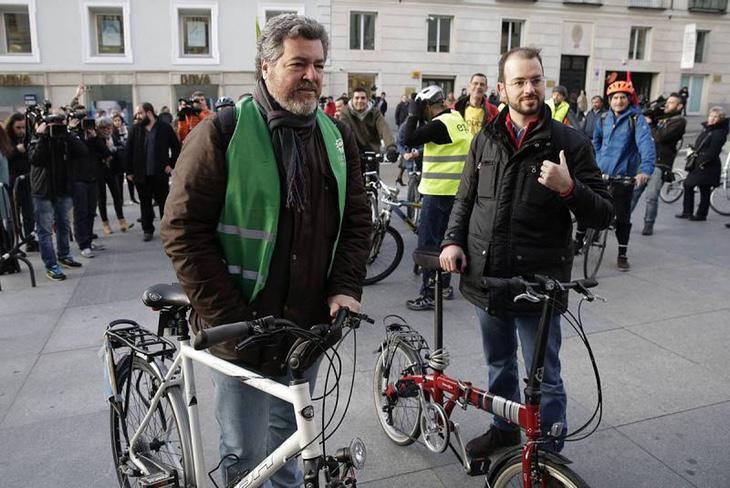 Juantxo López de Uralde y Jorge Luis Bail llegan en bici al Congreso (Emilio Naranjo, EFE)