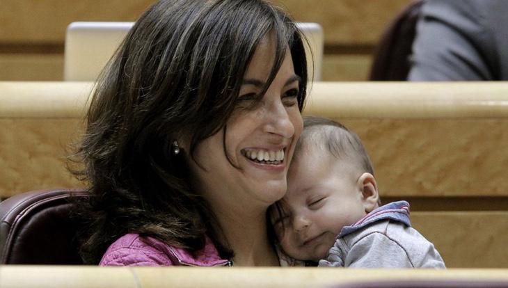 Iolanda Pineda con su bebé (Kiko Huesca, EFE)
