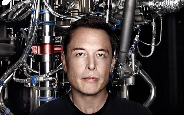 Elon Musk delante de un montón de COSAS TECNOLÓGICAS