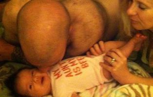 Esto no es una foto de un culo sobre la cara de un bebé, pero lo parece