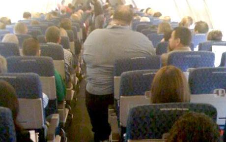 Persona con sobrepeso en un avión convencional