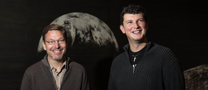 El señor de la izquierda es culpable de que Plutón ya no sea un planeta