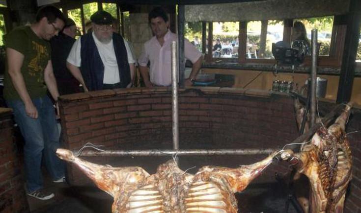 Martin en Asturias se metió cordero a la estaca entre pecho y espalda