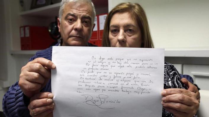 Los padres de Diego con su carta de suicidio