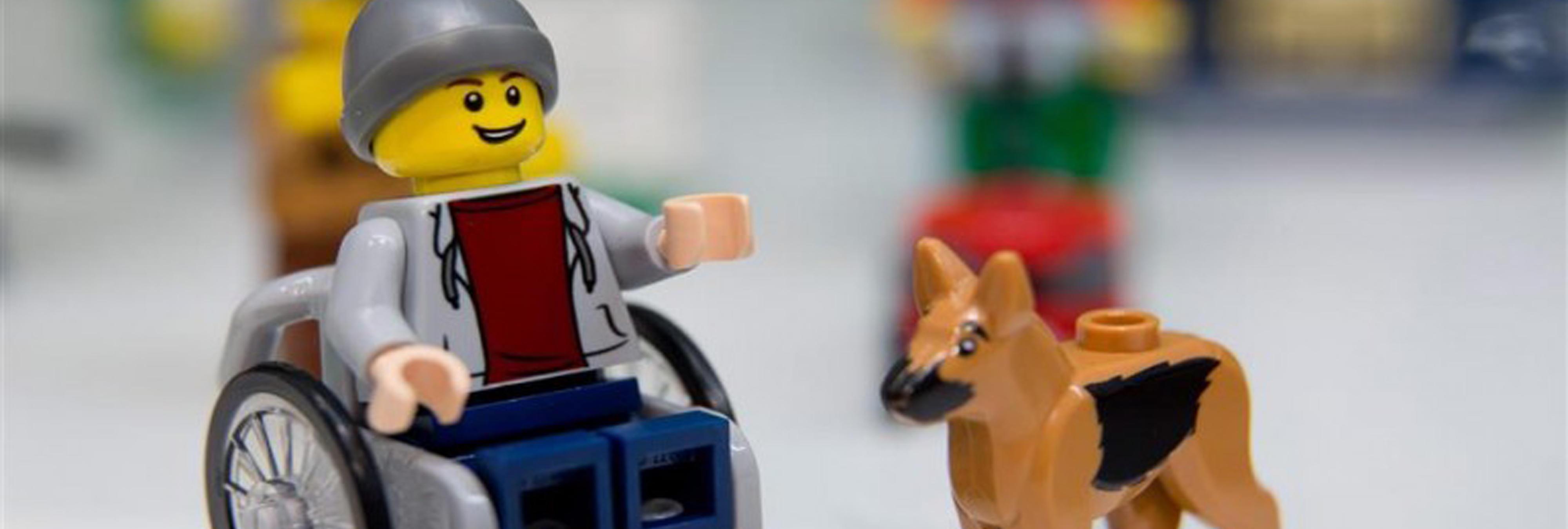 Lego lanzará una figura de un joven en silla de ruedas