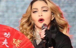 Lo ha vuelto a hacer: Madonna sufre un nuevo accidente con una capa sobre el escenario