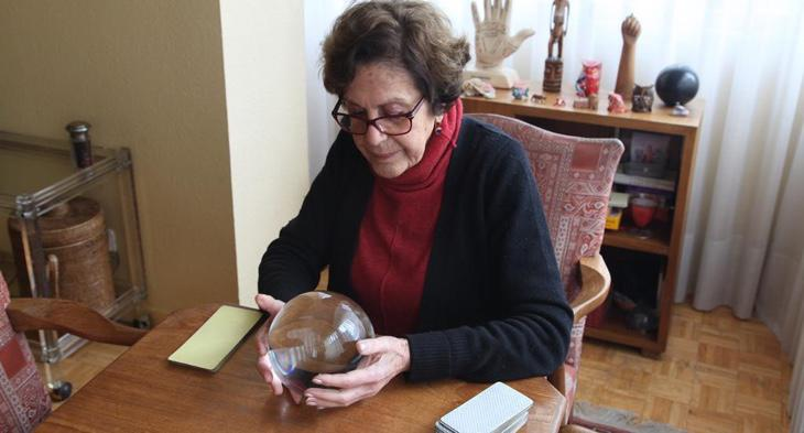 A través de su bola de cristal, Paloma puede contactar con personas fallecidas
