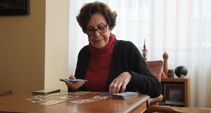 Paloma ofrece consulta de tarot desde hace 35 años en su casa