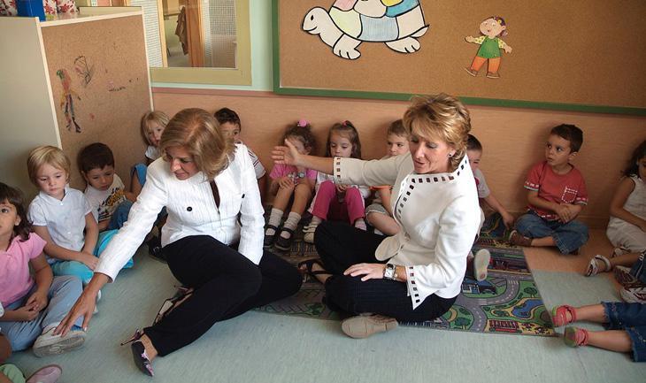 Esperanza Aguirre repartiendo amor con los niños