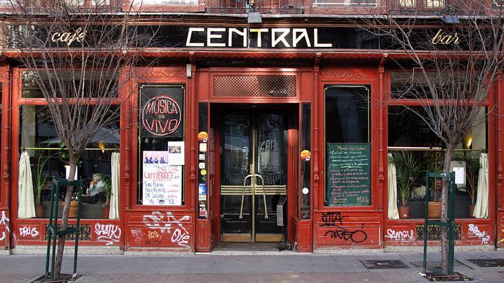 El Café Central, detrás de la plaza de Santa Ana