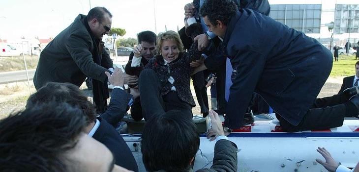 Esperanza Aguirre sale del helicóptero accidentado
