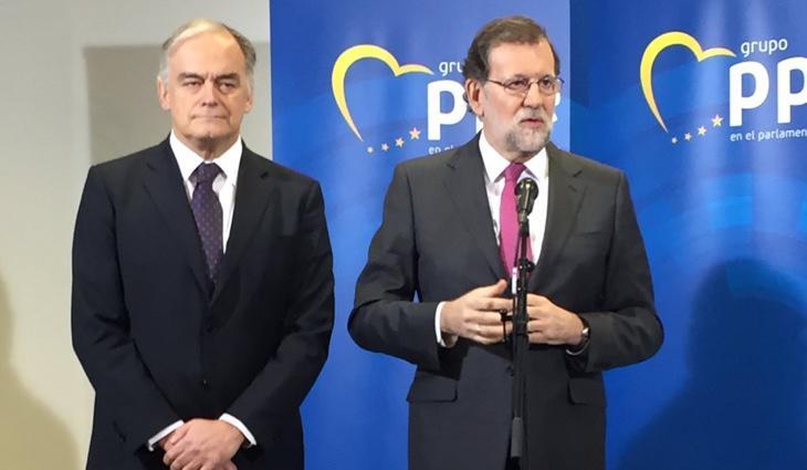 Rajoy y González Pons atienden a los medios en Bruselas