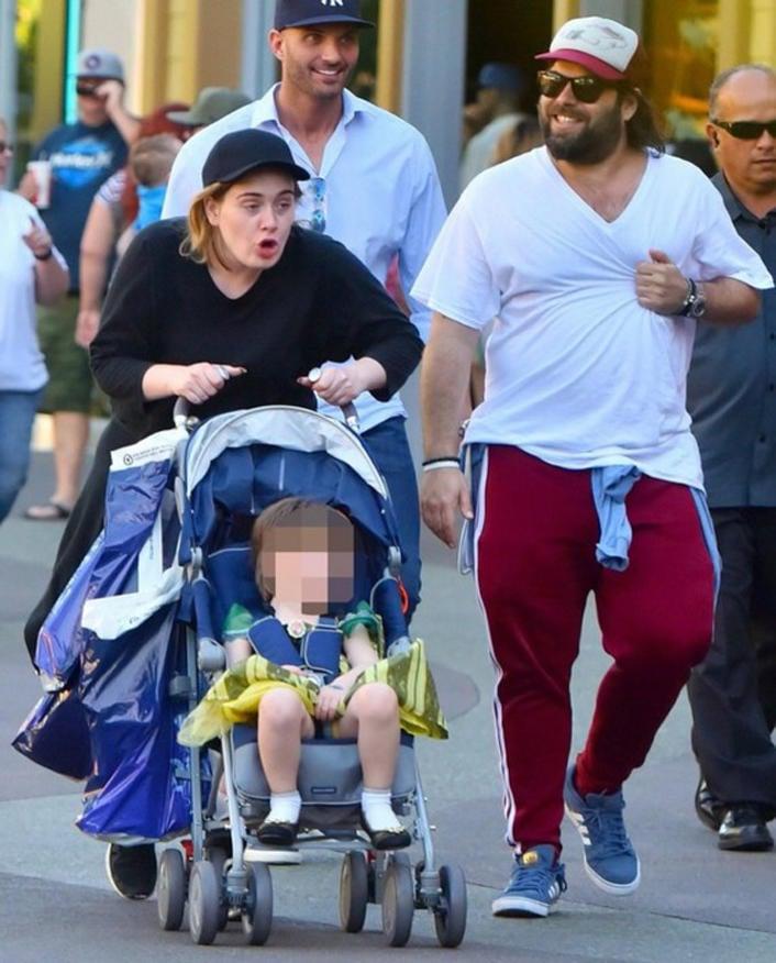 Adele, su pareja y su hijo en Disneyland