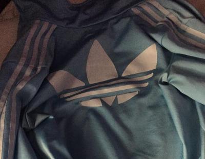 Vuelve la discusión, ¿de qué color es esta chaqueta de Adidas?