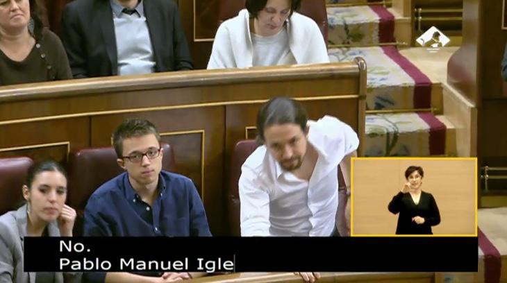 Pablo Iglesias votando 'no' a Pedro Sánchez