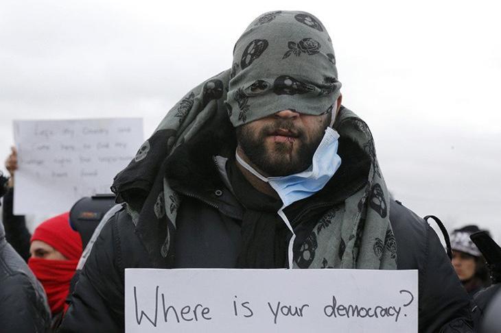 Un refugiado se cose la boca en protesta del desmantelamiento de La Jungla en Calais
