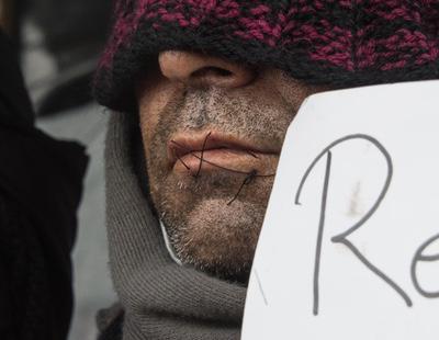 8 refugiados se cosen la boca en protesta por el desalojo en Calais