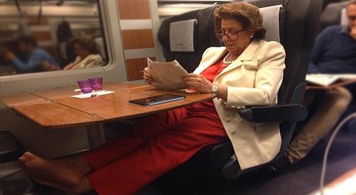 Rita descansando en su viaje en el AVE (oferta de última hora)