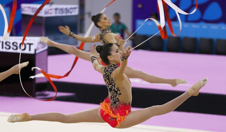 El equipo de gimnasia rítmica durante un ejercicio de cinta