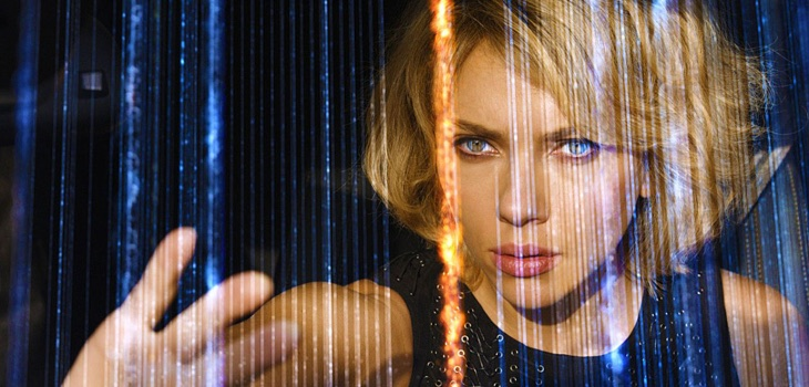 A Scarlett Johansson no le sobra cerebro en 'Lucy'