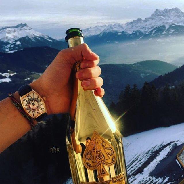 Beben champán en botellas recubiertas de oro
