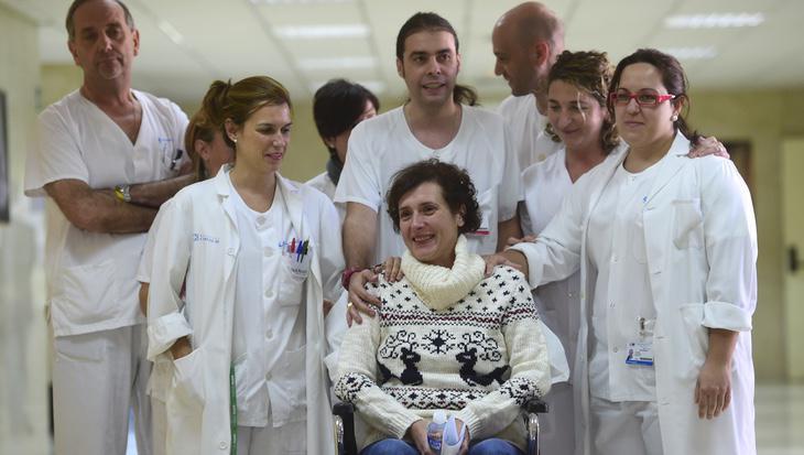 Teresa Romero posa recuperada con el equipo de profesionales que la atendió