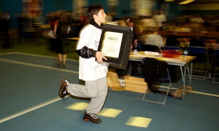 Niños corriendo con urnas por la calle, así son las elecciones británicas