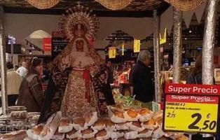 La virgen de cartón que vende torrijas en un supermercado está desafiando la fe de los más devotos