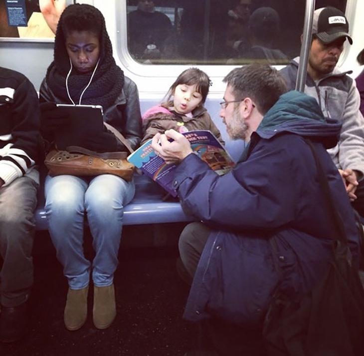 Porque coger el metro y contar cuentos no es contradictorio