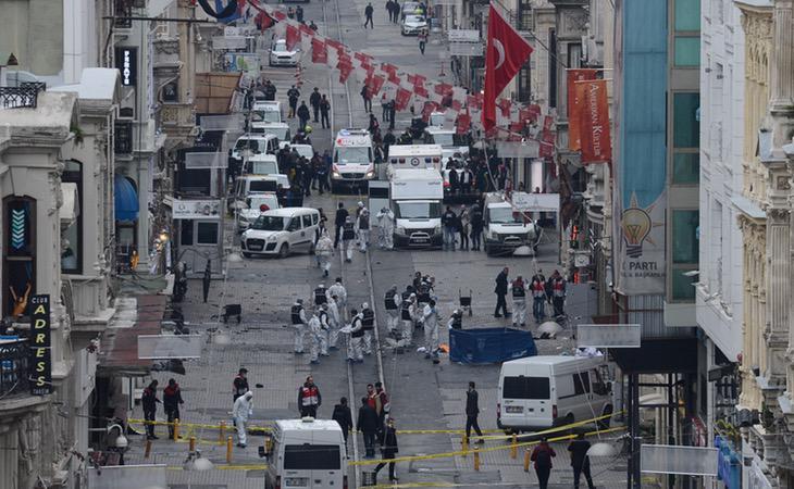Ambulancias y policía acordonan la calle Istikal tras el atentado